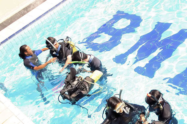 Beginner diving training before go to the sea