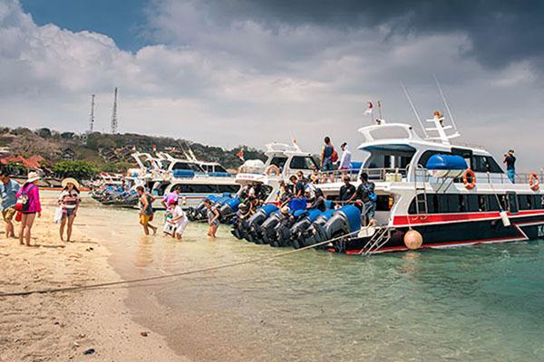 boarding from jungutbatu lembongan island