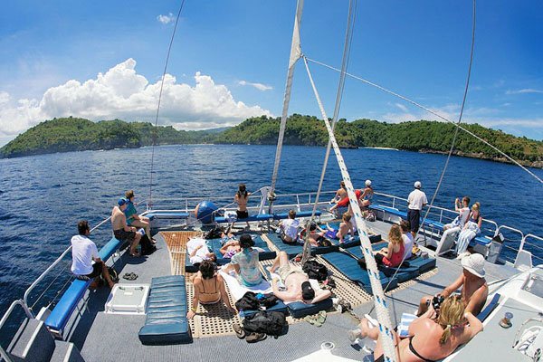 Sailing to Nusa Lembongan with Aristocat Sailing Cruise